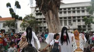 Hantu dari Kota Tua Berseliweran Menghibur Wisatawan