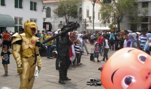 Seniman Jalanan Tak Melupakan Wisatawan Anak