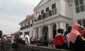 Sesantainya Wisatawan adalah di Depan Bangunan Cagar Budaya Kota Tua